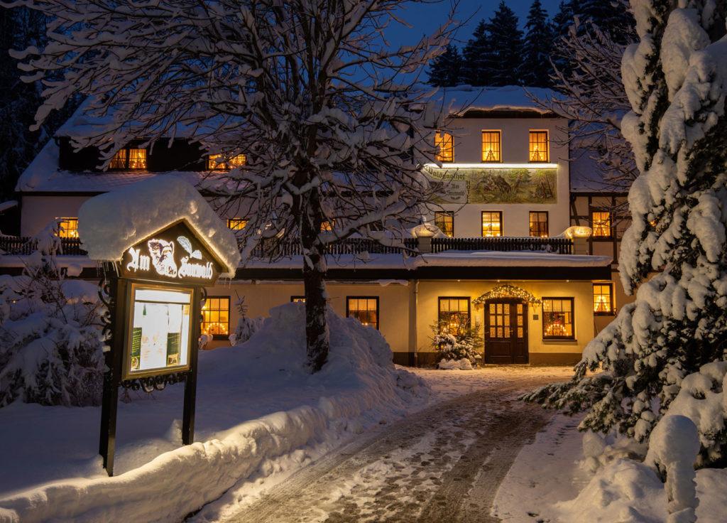 Hotelansicht im Winter