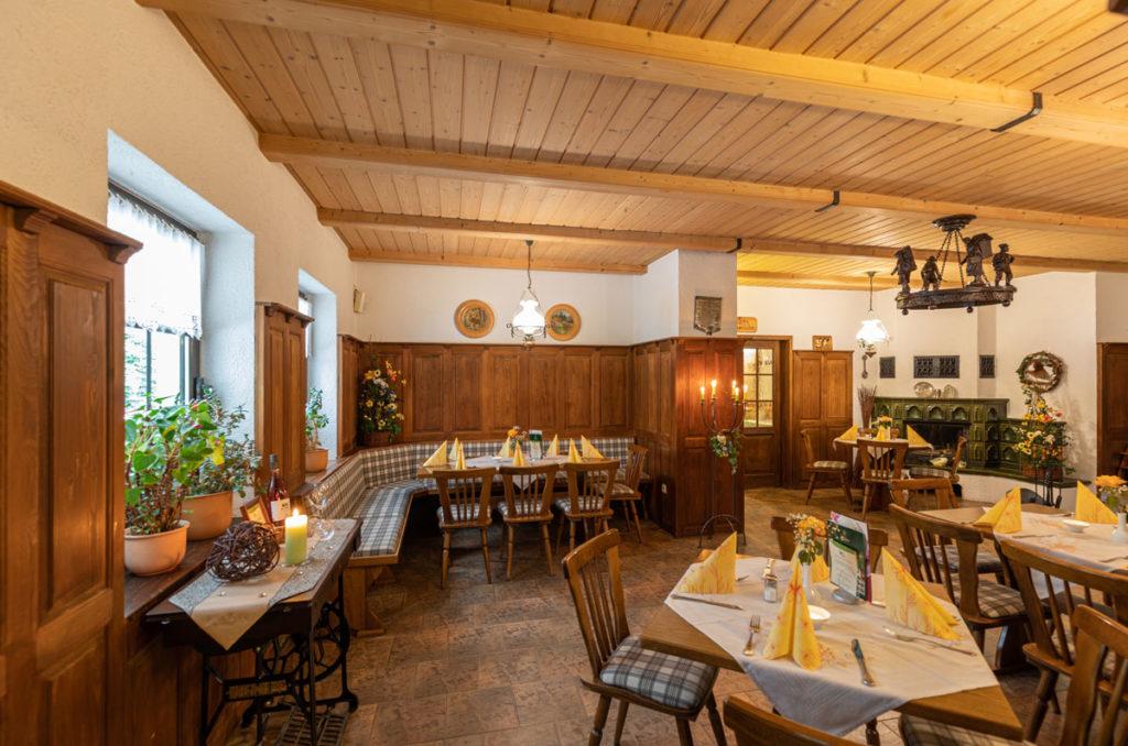 Waldgasthof mit Tischen und Stühlen