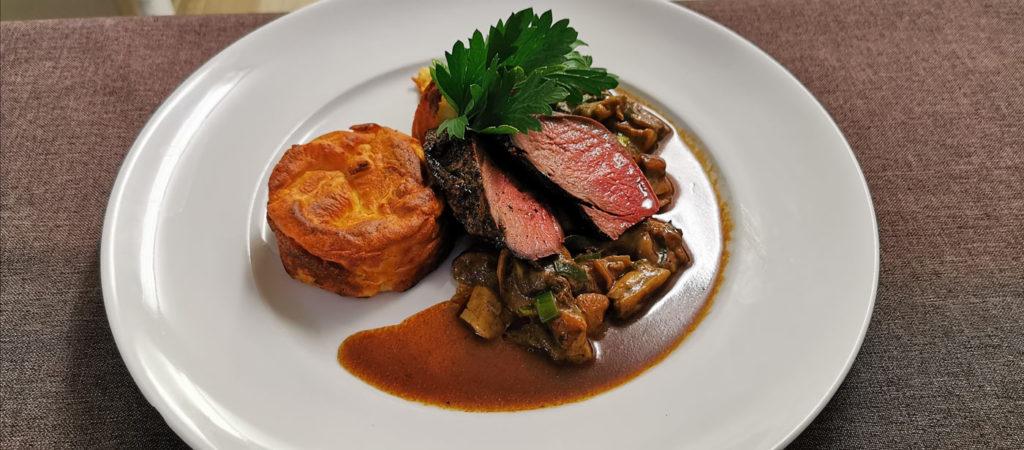 Teller mit Fleisch und Pilze